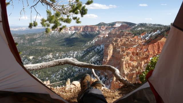 touristen sitzen im zelt, blick auf den bryce schlucht nationalpark, utah - utah stock-videos und b-roll-filmmaterial