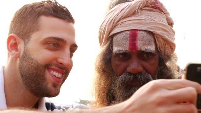 tourist, ein selbstporträt mit sadhu - heiliger mann, in varanasi, indien - stamm stock-videos und b-roll-filmmaterial