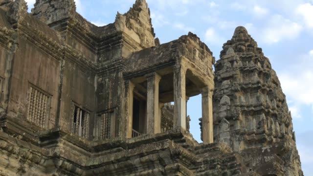 tourist reisen, wahrzeichen von angkor wat, kambodscha antike kultur-tempel - kambodschanische kultur stock-videos und b-roll-filmmaterial