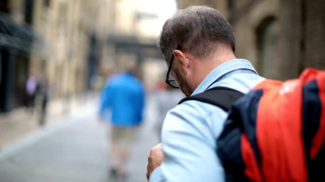 tourist using phone - турист с рюкзаком стоковые видео и кадры b-roll