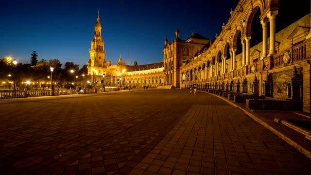 T/L Touristen zu Fuß zur Plaza de Espana in Abenddämmerung Zeit, Sevilla, Spanien – Video