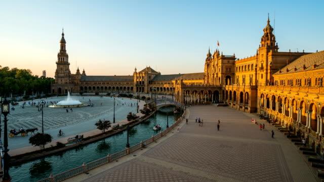t/l touristen zu fuß zur plaza de espana, sevilla, spanien - spanien stock-videos und b-roll-filmmaterial