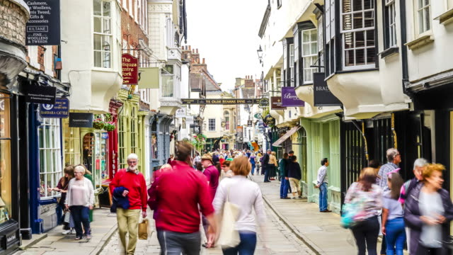 tourist walking in shopping area in York, England, United Kingdom - vídeo