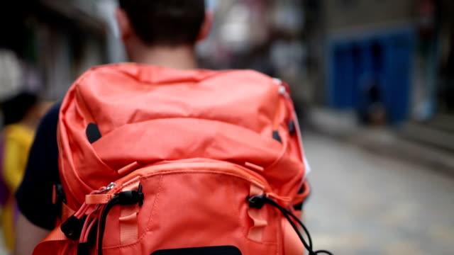 туристы ходить на улице - турист с рюкзаком стоковые видео и кадры b-roll