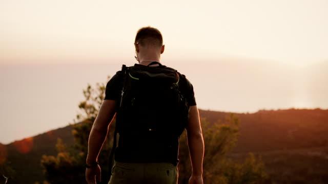 vídeos de stock e filmes b-roll de tourist with a large backpack - mochila saco