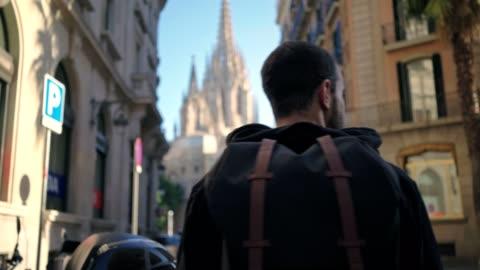 vídeos y material grabado en eventos de stock de paseos turísticos con mochila en el casco antiguo - turismo vacaciones