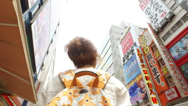 在東京的秋葉原區旅遊婦女 - 旅遊業 個影片檔及 b 捲影像