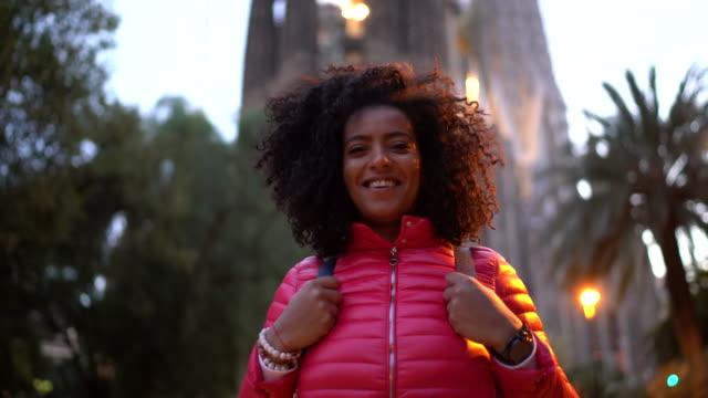 vídeos y material grabado en eventos de stock de mujer turista en barcelona - turista