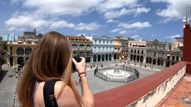 touristischen frau fotografieren der plaza vieja in havanna kuba - havanna stock-videos und b-roll-filmmaterial