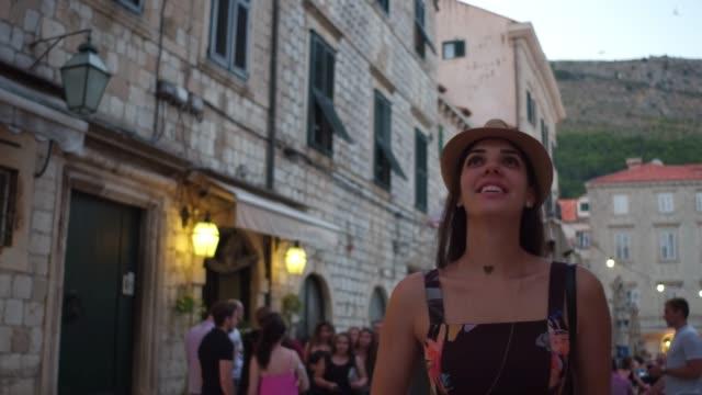 vídeos de stock, filmes e b-roll de mulher do turista que anda e que descobre a cidade velha de dubrovnik, croatia - turista