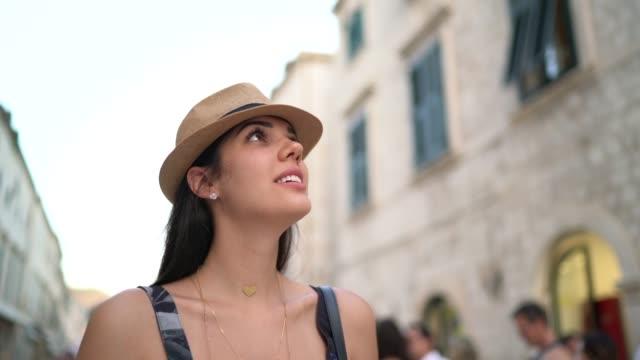 tourist woman walking and discovering the dubrovnik old town, croatia - brązowe włosy filmów i materiałów b-roll