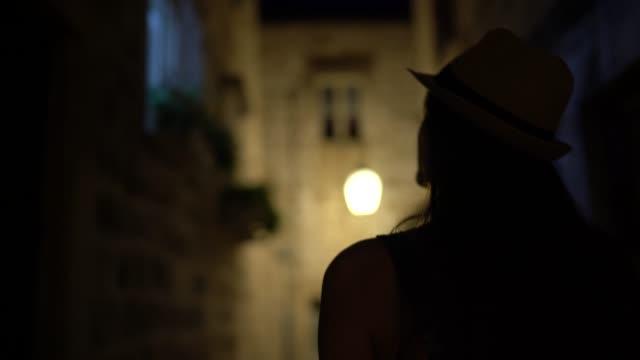 観光客の女性が歩いて旧市街を探索する, ドゥブロヴニク, クロアチア - 後方点の映像素材/bロール