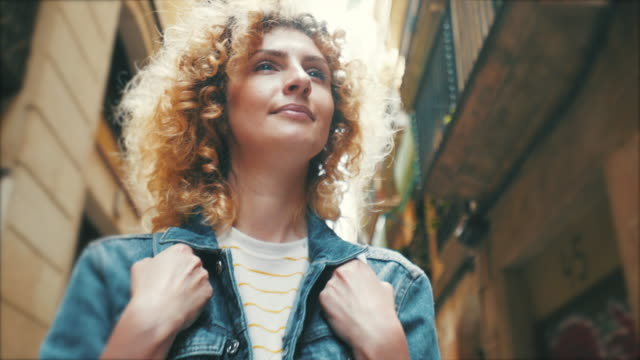 바르셀로나에서 걷는 관광 여성. - 속 편함 스톡 비디오 및 b-롤 화면