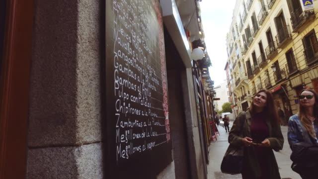 Mujeres de turismo en Madrid, España - vídeo