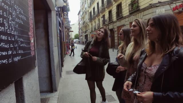 vídeos de stock, filmes e b-roll de mulheres de turismo em madrid - antepasto