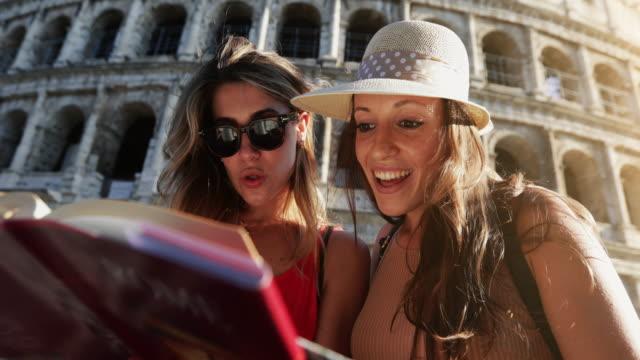 Touristinnen in Rom: am Kolosseum – Video