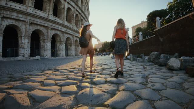 touristinnen in rom: am kolosseum - italien stock-videos und b-roll-filmmaterial