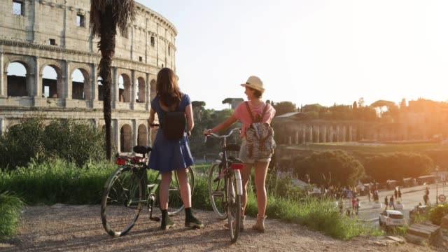 vídeos de stock e filmes b-roll de tourist women in rome: by the coliseum - roma itália