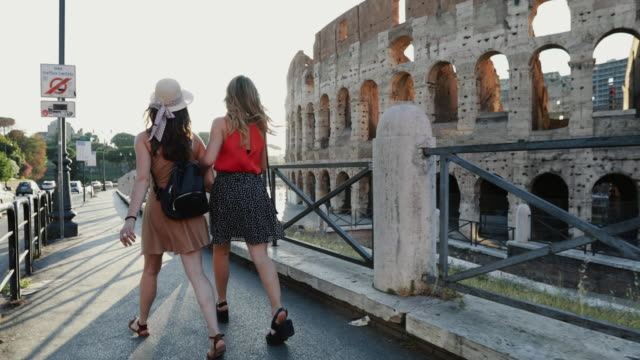 Touristenfrauen in Rom: Zu Fuß am Kolosseum – Video