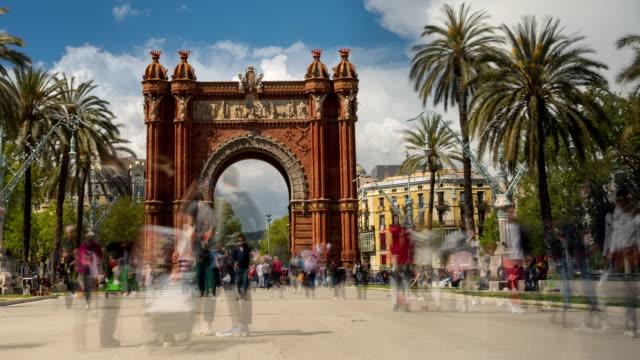 stockvideo's en b-roll-footage met toeristisch barcelona, arc de triomf. tijdsverloop. lange blootstelling. zijde effect. - boog architectonisch element