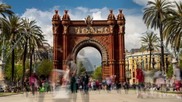 touristic barcelona, arc de triumph. tidsinställd. lång exponering. silkes effekt. - turism bildbanksvideor och videomaterial från bakom kulisserna