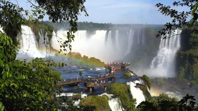 туристов в игуасу фолс, на границе аргентина и бразилия - парагвай стоковые видео и кадры b-roll