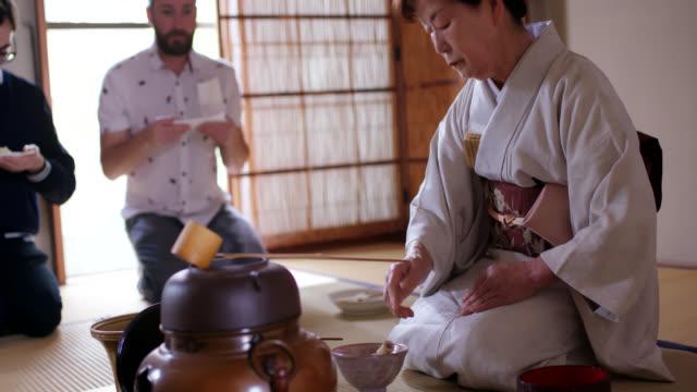 touristen genießen eine traditionelle japanische teezeremonie - grüner tee stock-videos und b-roll-filmmaterial