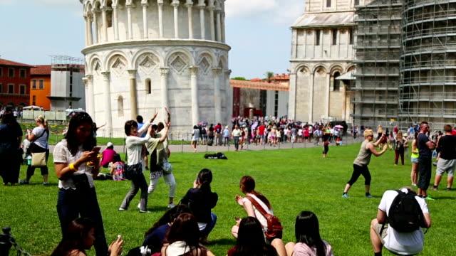 turist piazza dei miracoli, pisa, i̇talya - pisa kulesi stok videoları ve detay görüntü çekimi