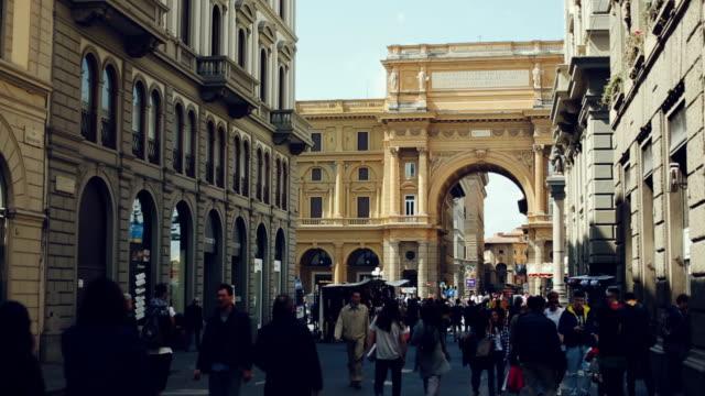 Tourists in Piazza della Repubblica, Florence, Italy video