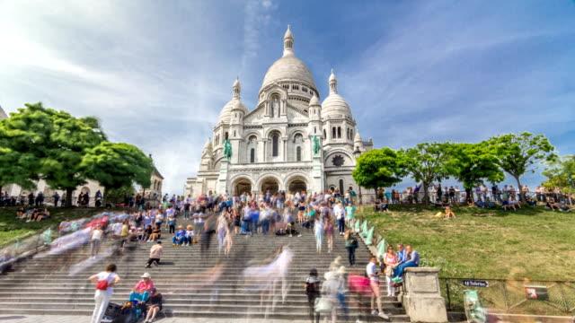 tourists near the basilica of the sacra-coeur church timelapse hyperlapse - turysta filmów i materiałów b-roll