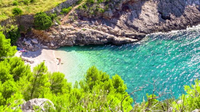 ls ha туристов на идиллическом пляже - хорватия стоковые видео и кадры b-roll