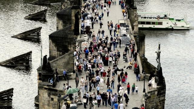 tourists on charles bridge, prague, czech republic - barocco video stock e b–roll