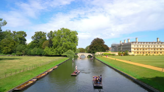 Tourists on punt trip in Cam River, Cambridge - vídeo