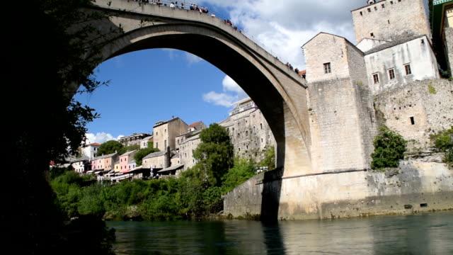 ボスニア・ヘルツェゴビナのモスタルの再建された古い橋の観光客 2019年4月29日 - ボスニア・ヘルツェゴビナ点の映像素材/bロール