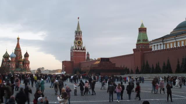 turister på röda torget - vasilijkatedralen bildbanksvideor och videomaterial från bakom kulisserna