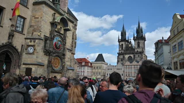 vidéos et rushes de touristes photographiant l'horloge astronomique à prague, tchèque - prague