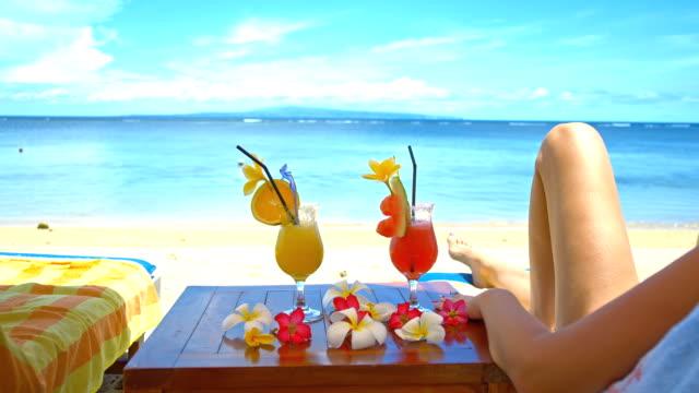 ms touristen entspannenden am tropischen strand - tropischer cocktail stock-videos und b-roll-filmmaterial