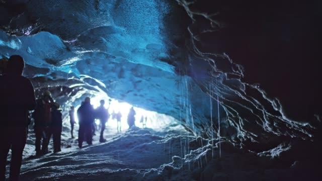 ms туристы, посещающие ледяную пещеру, исландия - ледник стоковые видео и кадры b-roll