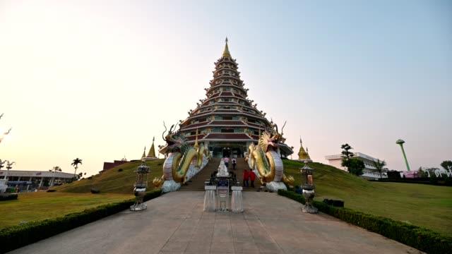 ワット・フアイ・プラカン・チェンライのパゴダで参拝する観光客 - 仏塔点の映像素材/bロール
