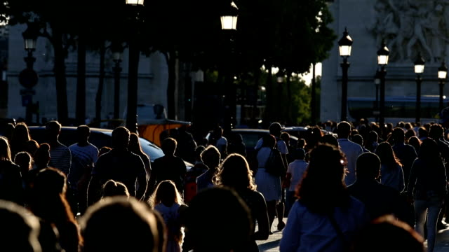 tourists walk down the champs elysees with late afternoon sun - пешеходная дорожка путь сообщения стоковые видео и кадры b-roll