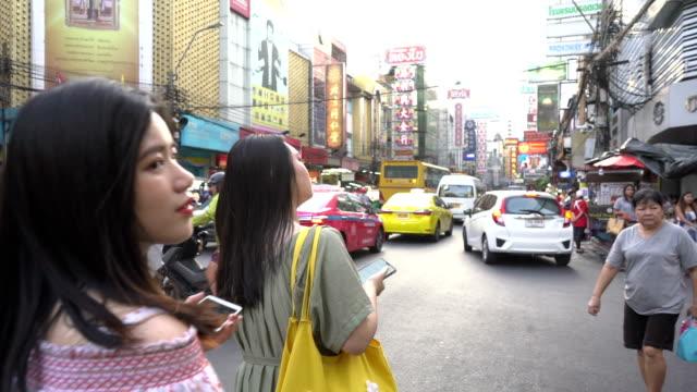 touristen gehen auf der einkaufsstraße von chinatown bezirk, ein beliebtes touristenziel in thailand. - editorial videos stock-videos und b-roll-filmmaterial