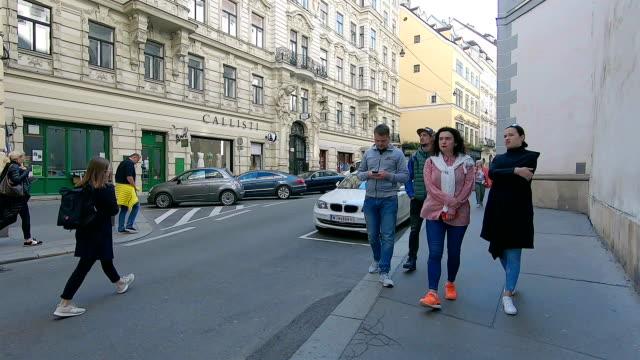 stockvideo's en b-roll-footage met toeristen lopen door de straten van wenen. oostenrijk. - street style