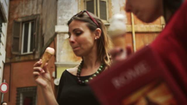 vídeos de stock, filmes e b-roll de turistas com um guia comendo icecream em roma - gelato