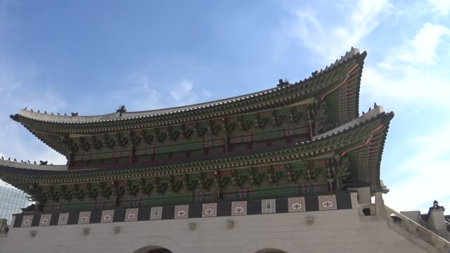 4k tourits visit geunjeongjeon hall, entrance of gyeongbokgung palace, seoul - sud est video stock e b–roll