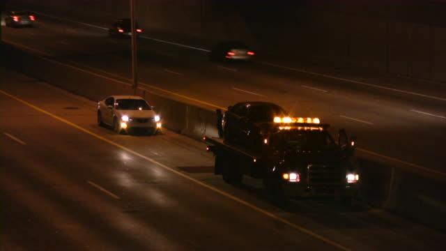 carro attrezzi sull'autostrada. assistenza stradale. arresto di emergenza. - rimorchiatore video stock e b–roll
