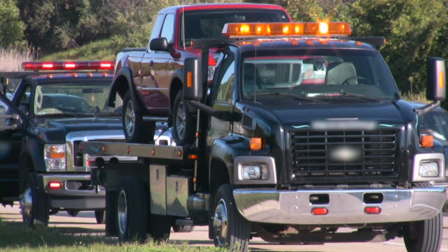 vídeos y material grabado en eventos de stock de remolque de camión de remolque de una rotura vehículo. highway road ayuda. accidente. - grúa