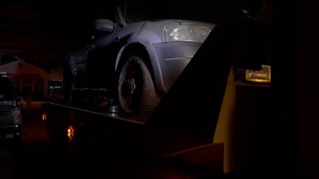vídeos y material grabado en eventos de stock de remolque trabajando de noche. - grúa