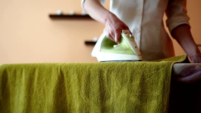 havlu ütü - ev temizleme stok videoları ve detay görüntü çekimi