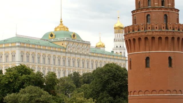 tornet och the bolshoy kremlin palace - moskva, ryssland - kreml bildbanksvideor och videomaterial från bakom kulisserna