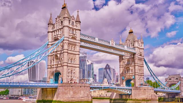 tower bridge and financial district, london, uk - london bridge inghilterra video stock e b–roll